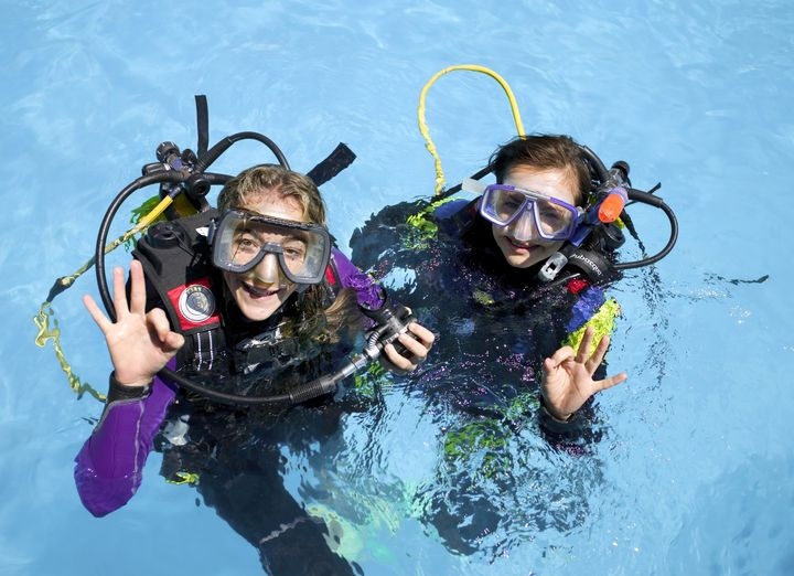 Clases de buceo en la piscina de Sunset Beach Club
